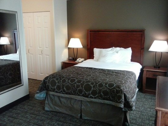 Staybridge Suites Sioux Falls: Super comfortable bed....