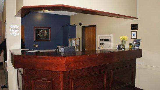 Super 8 Bloomington: Front Desk
