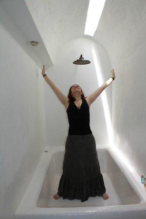 Alfiz Hotel: Bathtub in the room