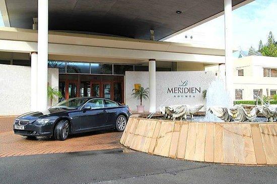 Le Meridien Noumea: ホテル玄関前