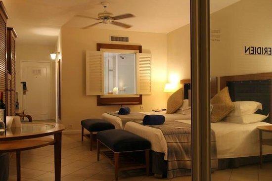 Le Meridien Noumea: ベランダから見た部屋。窓の向こうは広い浴室。