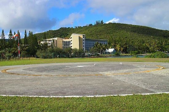 Le Meridien Noumea : ヘリポートから見えるホテルとウアントロの丘