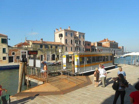 Hotel Tre Archi: Parada do vaporetto frente ao hotel