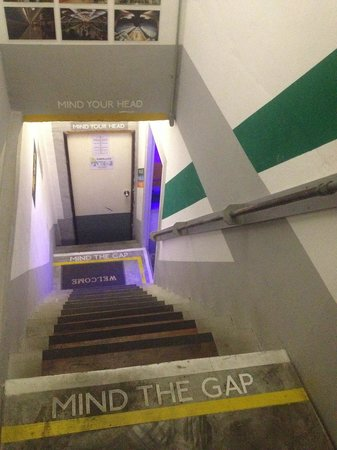 Koh Tao Central Hostel: Underground themed stairs
