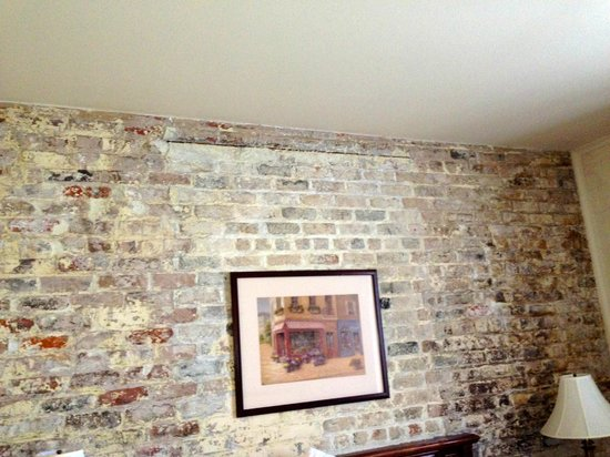 Le Richelieu in the French Quarter: Exposed Brick walls - the best part