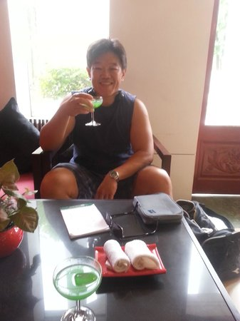 Memoire d' Angkor Boutique Hotel: Welcoming drink in lobby, getting checked in without waiting in line