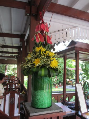 Belmond Governor's Residence : flowers in the breakfast room