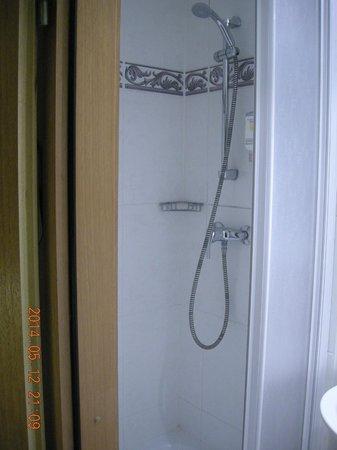 Astoria Hotel: Washroom