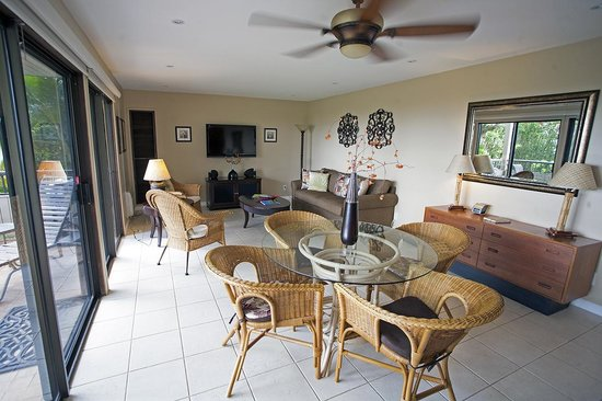 Wailea Ekolu Village Resort: living/dining room