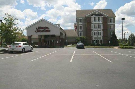Hampton Inn Scottsburg: Inviting outside area.