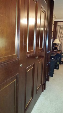Island Shangri-La Hong Kong : Closet doors upon entering room