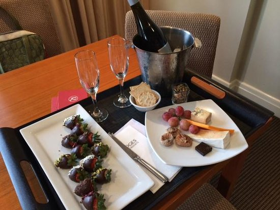 Rydges South Bank Brisbane: Wine Chocolate strawberries and cheese