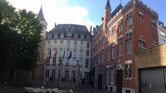 Hotel Dukes' Palace Bruges : Hotel Front - quite majestic