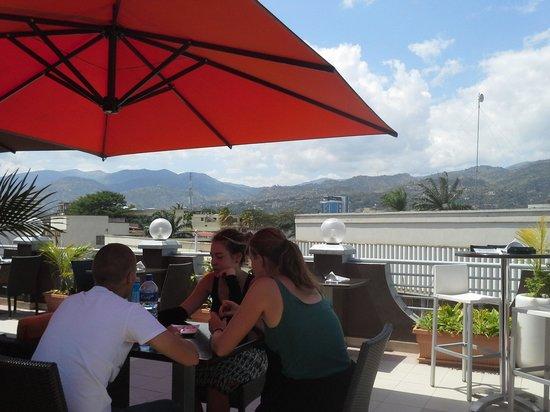 Café Gourmand : Comensales y vista desde la terraza.