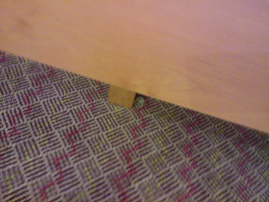 Hampton by Hilton London Gatwick Airport: Plastic cup left from the previousd occupant