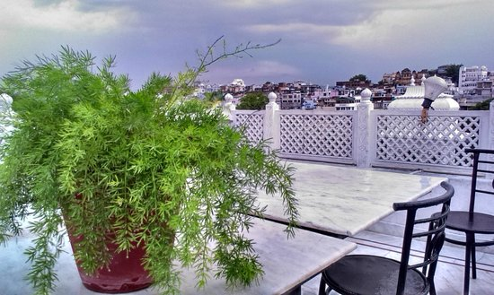Hotel Thamla Haveli: lovely rainy evening at rooftop