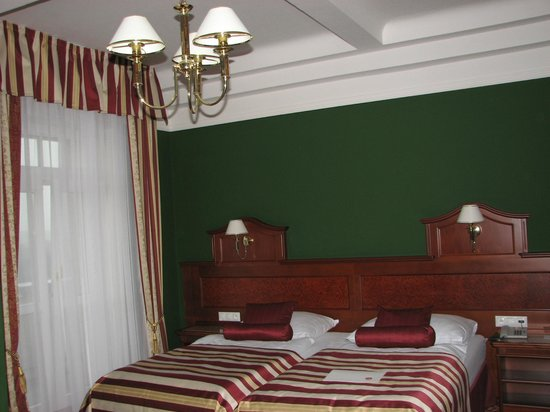 Hotel Imperial: green and red