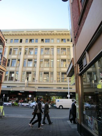 Miller Apartments Adelaide: Front of building as viewed from the narrow street opposite