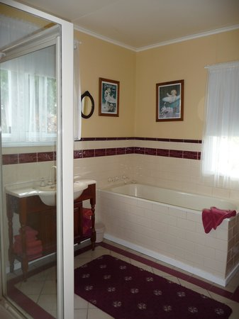Abbey's Cottages : Generously sized bathroom