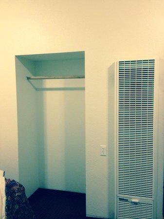 Economy Inn: Closet & heater!!