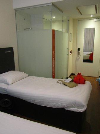easyHotel Den Haag City Centre : Душевая кабина в номере