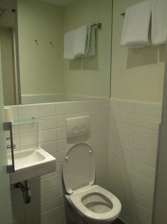 easyHotel Den Haag City Centre : Туалет