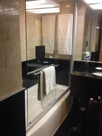 Regal Kowloon Hotel: Bathroom