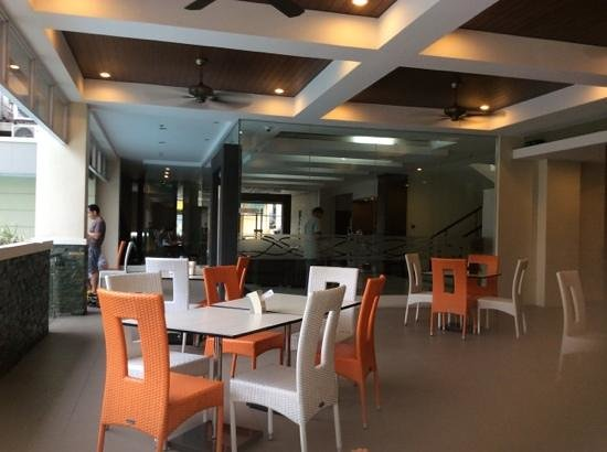 Circle Inn - Iloilo City Center: Cafe area next to pool - reception can be seen through the glass