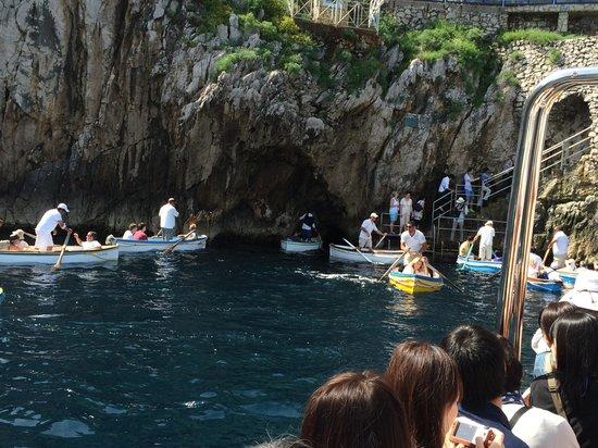 Blaue Grotte (Grotta Azzurra): 洞窟の入り口が見えています