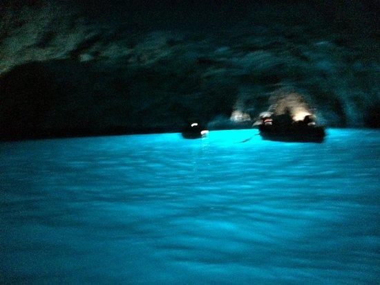 Blaue Grotte (Grotta Azzurra): 入ってみたら、こんな素晴らしいカプリブルーと遭遇できます