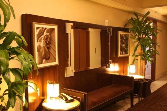 The New Yorker A Wyndham Hotel: En attendant l ascenseur