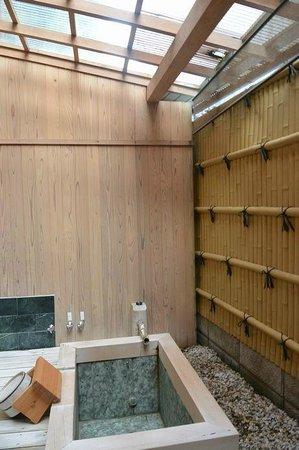 Nagahamaen: 部屋の露天風呂(天井付き)
