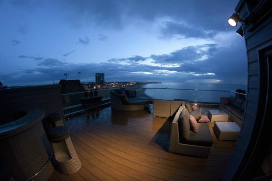Sands Hotel: Roof terrace at night