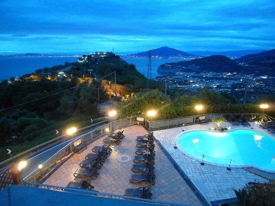 Hotel Prestige Sorrento : Abendlicher Blick auf Pool und Neapel