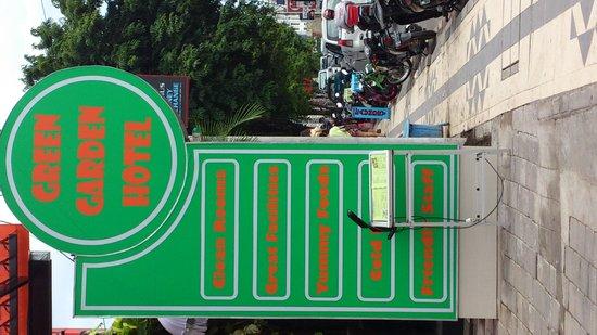 Green Garden: 路面の看板