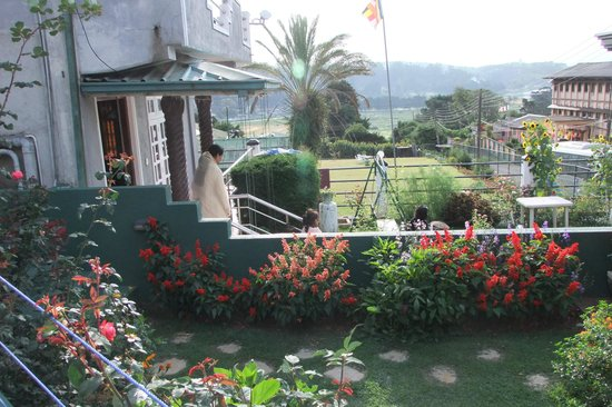 Heaven Seven Hotel Nuwara Eliya: garden at side