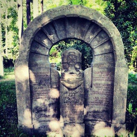 Central Cemetery: Jeden z wielu niemieckich pomników we wschodniej części cmentarza