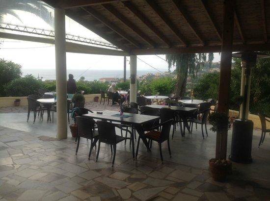 Ouranos Club: Terrasse mit Meerblick und Abendsonne