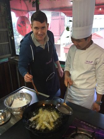 Orchid Cooking Class & Restaurant: Frying the rolls