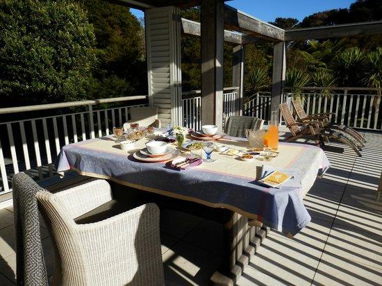 970 Lonely Bay : Al fresco breakfast