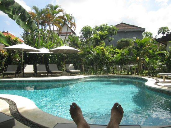 Bali Hotel Pearl: Feet relaxing by the pool