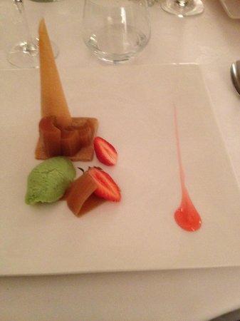 La maison de la Lozere: Rhubarbe confite, sablé au sucre muscovado, cône de mousse florale, sorbet concombre citron