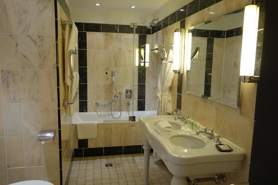 Le Meridien Grand Hotel Nurnberg : spacious bathroom