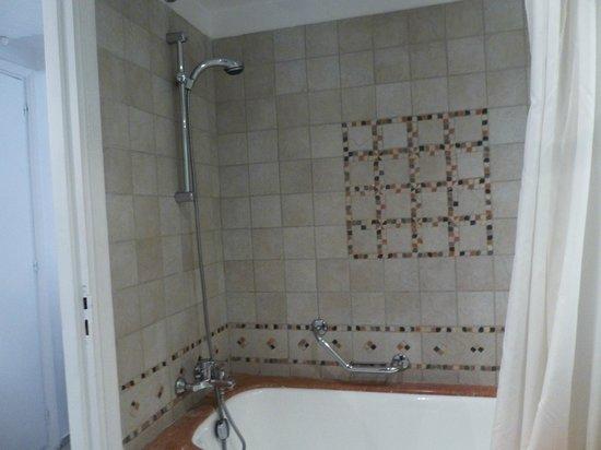 Le Meridien N'Fis: shower
