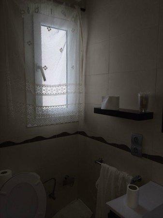 Hostal Cala Boix : baño con ventana exterior