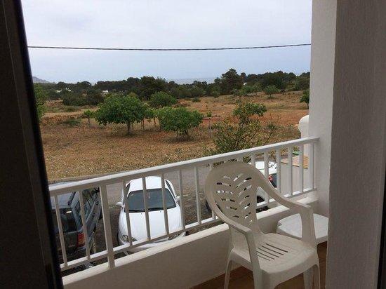 Hostal Cala Boix: Desde la terraza se puede ver el mar a lo lejor entre los pinos