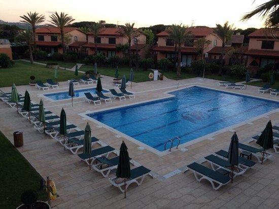 Hotel Clipper & Villas: Piscina y zona verde