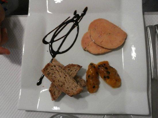 Le Petit Gourmand : Fois gras al Moscato, con pane integrale ai cereali e riduzione e polpa di frutto della passione