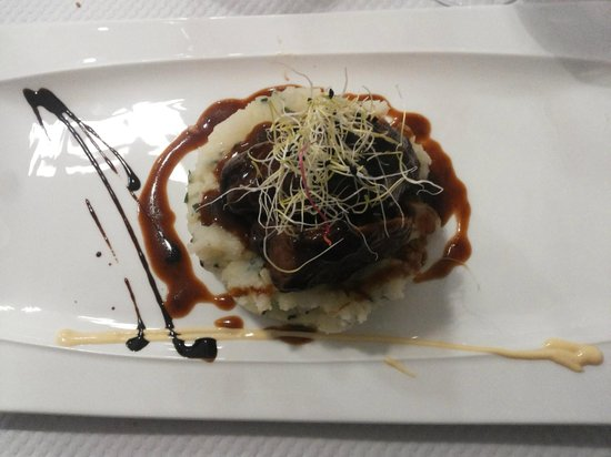 Le Petit Gourmand : Stracotto di vitello su patate alle erbe con riduzione di vino e rafano