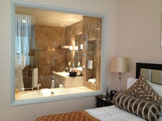 Taj Cape Town: View of the bathroom from the bedroom!